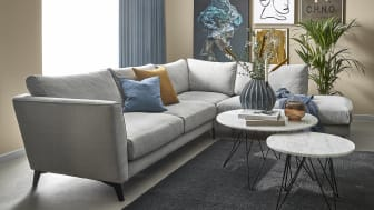 Den svanemærkede Holiday-sofa er udført i et elegant design med en stilfuld lysegrå farve.