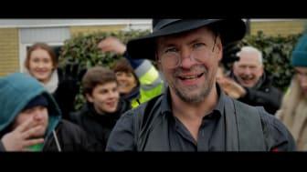 Den lokala musikern från Svedala, Rolf Hellmark, sjunger en kärl-leksballad som är en del i kampanjen Mer kärl-lek i Svedala