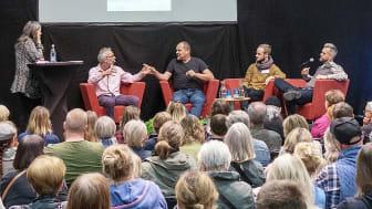 """Programledaren Mariana Mattsson ledde samtal med fyra """"jordgubbar"""" om jorden vi odlar. I panelen: Peter Streijffert, John Taylor, Anton Sundin och Johannes """"Farbror Grön"""" Wätterbäck."""