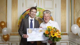 Björn Johansson tillsammans med lotteriföreståndare Jonas Lindholm //Foto: Peter Knutson