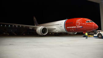 787 Dreamliner in Norwegian's livery rolls out of paint hangar