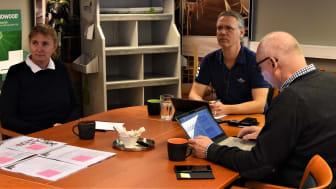 Koncentration råder under den externa revisionen hos leverantörsföretaget Welin & Co. Fr vä Kicki Johansson och Björn Törnquist, Welin & Co, samt revisor Anders Karpesjö.