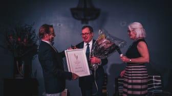 Elite Hotels hotelldirektör i Malmö, Jukka Turku,  tar emot det prestigefulla priset