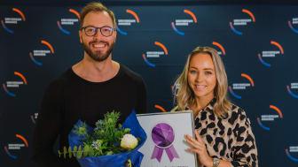 Linda Nyström och rekryterare Ulf Häger tar emot utmärkelsen.