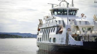 I ettermiddag seiler MS «Kongen» ut fra Aker brygge, på vei til Horten for å bygges om til batterielektrisk drift. Foto: Ruter As / Bonanza AS Iver Gjendem