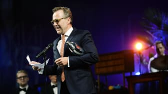 Årets Mandlige Birolle 2016 går til Flemming Enevold for sin rolle som beleven gentleman og overvintret nazist i 'Vintersolhverv' på Det Kongelige Teater.