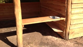 Woodwork AB - grillhus med förråd, väggar, bänkar, vask och köksbänk