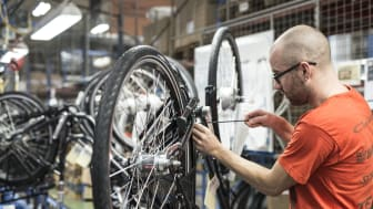 Elcykelproduktionen i Varberg innebär fler arbetstillfällen på fabriken i Varberg.