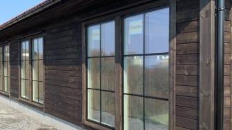 Dette huset på Austevoll er kledt i Møre Royal setersvart fra Talgø, som er montert med ESSVEs fasadeskruer med svart hode.