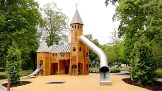 Det förlorade Tunaslottet har återuppstått som en lekställning på den nya lekplatsen i Tunaparken. Foto: Karin Sjölin.