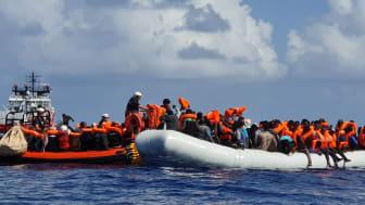 En räddningsinsats tidigare i år, genomförd av sök- och räddningsfartyget Ocean Viking på centrala Medelhavet. Foto: Stefan Dold/Läkare Utan Gränser.