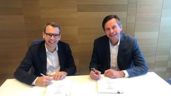Steffen Syvertsen, konsernsjef i Agder Energi (til venstre) og Pål Skjæggestad, konsernsjef i Glitre Energi, signerte avtalen som gjør at selskapene nå eier halvparten av Oss Norge hver.