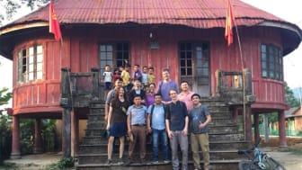 Forskarlaget framför en samlingslokal. Dessa byggnader är vanliga i vietnamesiska byar och erbjöd ofta en skuggig plats för projektmöten. Foto: Manuel Asbach / ZALF