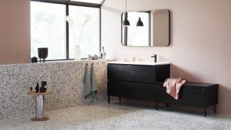 Nytt i år er at servanten finnes i bredden 1200 mm, med en generøs benkeplass enten til høyre eller til venstre for vasken.