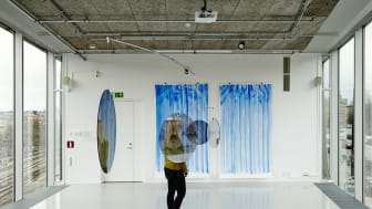 Jeppe Hein.Two-Way Mirror Mobile (Dubbelsidig spegelmobil), 2011. Breathing Watelcoulor (Andningsakvareller), 2012.