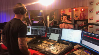Martin Björk intervjuar Shawn Mendes i NRJ-studion.