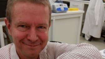 Mats Nilsson med mikroskopet. Foto: Malte Kuhnemund