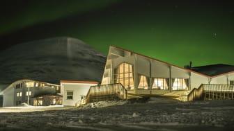 SATSER VIDERE: Hurtigruten Svalbard skal fortsatt drive Polarhotellet og resten av hotellene, restaurantene og butikkene i Longyearbyen selv om bygningsmassen selges til Store Norske. Foto: Shutterbird Productions/Hurtigruten Svalbard