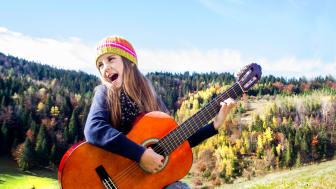 Göteborgs Räddningsmission lanserar ett nytt material för att lära sig svenska med hjälp av musik.