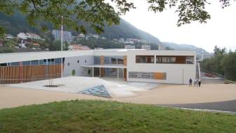 Norconsults avdeling for skoleutvikling har bistått Bergen kommune i flere planleggingsarbeid knyttet til skole-, barnehage- og idrettsanlegg. Nå er de tildelt ny rammeavtale med Bergen kommune. Her fra Landås skole. (Foto: Norconsult).