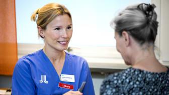 I screeningen används ett tum-EKG som är en enkel och bärbar metod och välstuderad för att upptäcka förmaksflimmer. Emma Svennberg med patient.
