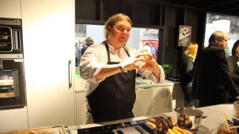 Kjendiskokk Bård Greni serverer gourmetpølser på Drømmekjøkkenet.