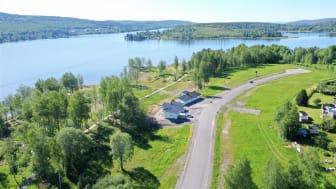 Lövudden ligger några tiotals meter från havet och någon kilometer från Härnösands centrum.