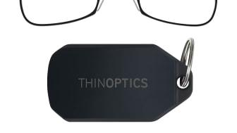 Läsglasögonen viks enkelt ihop i ett platt fodral med nyckelring