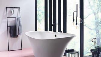 Entspannung pur: Die aus Mineralguss gefertigte Relax-Badewanne Badu von burgbad mit innovativer, patentierter ergonomischer Liegeposition bietet völlig neuen Badekomfort, der sicheren Halt und Schwerelosigkeit vereint. Foto: burgbad