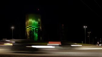 I samband med festivalen Höstljus 6 till 22 november ljussätter Umeå Energi sin 42 meter höga fjärrvärmeanläggning Graniten på Ålidhem. Foto: Andreas Nilsson