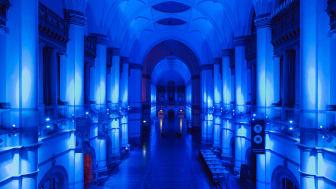 Nordiska museets stora hall lyser i blått under Natt på Nordiska museet. Foto: Emma Fredriksson/ Nordiska museet