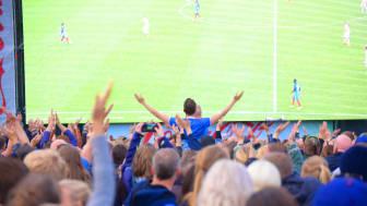 Fotball engasjerer. Noen ser kampen på storskjerm, men stadig flere velger å følge fotballen via nettbrett eller mobil, viser tall fra Telenor. Foto: Martin Fjellanger.