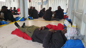 104 räddade människor befinner sig just nu på räddningsfartyget Ocean Viking. Foto: Stefan Dold/Läkare Utan Gränser