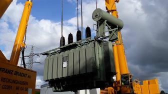 Zwei Kräne versetzen das Kraftpaket im Umspannwerk Halle