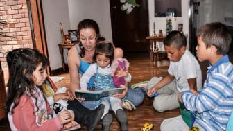 Bücher, die die ganze Welt der Kinder widerspiegeln, stellen die SOS-Kinderdörfer zum Vorlesetag am 20.November vor. Foto: Fernando Espinoza, SOS-Kinderdorf Bogota (Foto nur zur Verwendung im Kontext der SOS-Kinderdörfer)