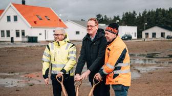 Anders Larsson, Björn Abelson och Thomas Dahl tar ett första spadtag för de nya radhusen i Södra Sandby.
