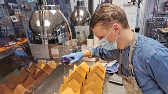 Henrik Stengren, kökschef på Taste, förbereder luncher till IVA på Mölndals sjukhus.