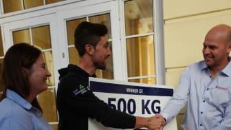 Salaks og Polar Quality deler ut premien på 500 kilo laks til Bernard Eisel