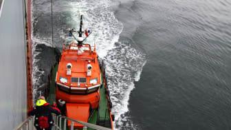 Lotsen lämnar fartyget efter utförd lotsning. Sjöfartsverket har cirka 210 lotsar anställda. Varje år genomförs ungefär 34 000 lotsningar. Foto: Tobias Fälth