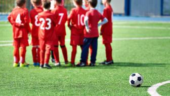 Piteå kommun har beslutat att följa råden och öppna upp för enstaka matcher utomhus för barn och unga. Foto: Getty