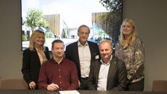 SG arkitektur blir en del av Norconsult. F.v: Kate Holm, Ove Mork, Per Christian Gomnæs (ekstern rådgiver i forbindelse med prosessen), Bård Sverre Hernes og Thora Heieraas. (Foto: Norconsult)