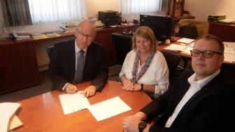 Im Beisein von Christine Lämmermann-Meier (2. Bürgermeisterin), Frank Niemeier (Deutsche Glasfaser) unterzeichnet Bürgermeister Herbert Jäger den Vertrag für die Glasfaseranschlüsse für die Verwaltungsgemeinschaft Obermichelbach-Tuchenbach.
