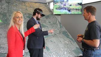 Stina Birkeland er smartby-ansvarlig i Sopra Steria, og demonstrerer hvordan man kan se 3D-hologram av Oslo.  Enhetsleder i plan- og temakartenheten, Stein Moen, til høyre.