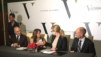 Maria Håkansson, vd Swedfund och Ketaki Sheth, styrelseordförande VCB under signering i Nairobi.  Till vänster Dr Yogesh Pattni, vd VCB. Till höger Jonas Armtoft, Senior Investment Manager, Swedfund.