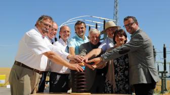 Technik-Vorstand Dr. Egon Westphal (3.v.l.) und der Leiter Netzdienste Oberpfalz, Peter Ketterl (2.v.l.), nehmen mit kommunalen Vertretern das neue Umspannwerk Gebelkofen in Betrieb.