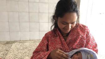 En kvinna på ett sjukhus i Nepal håller i sitt nyfödda barn. Foto: Srijana Sharma
