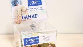 5000 Euro plus x: Neben der Spende des Bayernwerks wirbt der Förderverein für Seltene Erkrankungen auch mit diesen Spendenboxen um Zuwendungen aus der Bevölkerung.