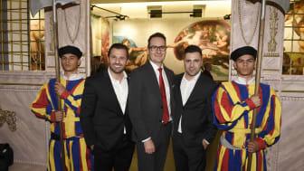 (v.li.) Beau Ioana (GIOBEAU PRODUCTIONS), Markus Putz (Stadtsparkasse München) und Gabriel Ioana (GIOBEAU PRODUCTIONS) bei der Ausstellungseröffnung in der Alten Bayerischen Staatsbank.