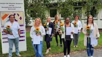 Die sieben Pflegehelfer*innen freuen sich über die bestandenen Prüfungen an der Hephata-Akademie für soziale Berufe.