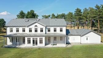 Bandtäckt tak med DuraFrost Aluminium och kulören Grå Aluminium 046 på en charmig villa i Skåne.